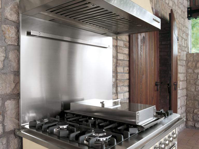Cooker hood and splash back